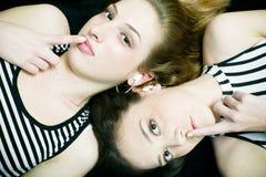 Meninas com segredo Fotografia de Stock Royalty Free