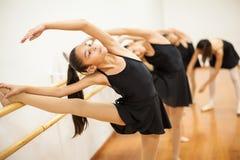 Meninas com seu pé acima durante a classe do bailado imagem de stock royalty free