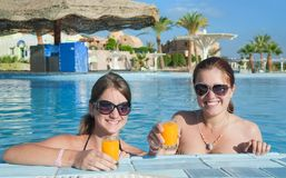 Meninas com sumo de laranja no hotel de recurso foto de stock