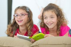 Meninas com tablet pc Fotografia de Stock Royalty Free