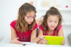 Meninas com tablet pc imagem de stock