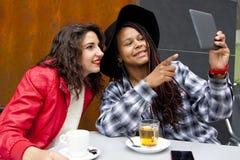 Meninas com tabuleta Imagens de Stock Royalty Free