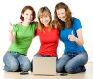 Meninas com um portátil Imagens de Stock Royalty Free