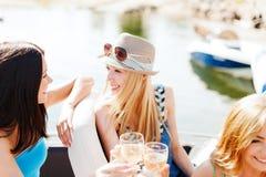 Meninas com vidros do champanhe no barco Fotos de Stock Royalty Free