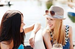 Meninas com vidros do champanhe no barco Imagens de Stock Royalty Free