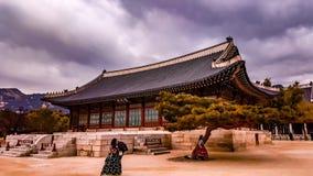 Meninas coreanas da roupa tradicional no palácio Imagens de Stock