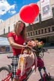 Meninas da ação da bicicleta na manta em Kharkiv Imagens de Stock Royalty Free