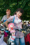 Meninas da ação da bicicleta na manta em Kharkiv Imagem de Stock