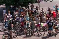 Meninas da ação da bicicleta na manta em Kharkiv Fotografia de Stock Royalty Free