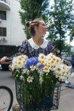 Meninas da ação da bicicleta na manta em Kharkiv Fotografia de Stock