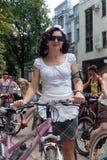 Meninas da ação da bicicleta na manta em Kharkiv Fotos de Stock