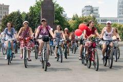 Meninas da ação da bicicleta na manta em Kharkiv Foto de Stock Royalty Free