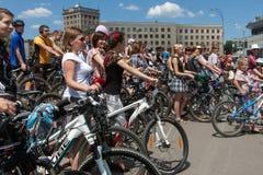 Meninas da ação da bicicleta na manta em Kharkiv Imagem de Stock Royalty Free