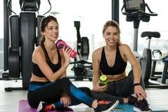 Meninas da aptidão no gym foto de stock