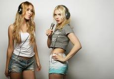 Meninas da beleza com um microfone que cantam e que dançam Fotos de Stock