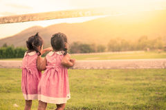 Meninas da criança dois que têm o divertimento a olhar animal na exploração agrícola Fotos de Stock Royalty Free