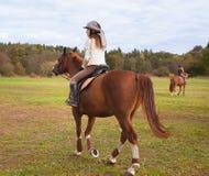 Meninas da escola no cavalo Imagem de Stock Royalty Free