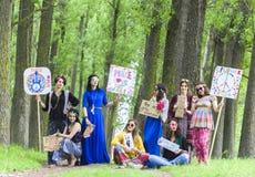 Meninas da hippie com placas inspiradas Foto de Stock Royalty Free