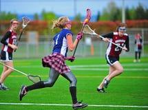 Meninas da lacrosse que embalam a bola Imagens de Stock Royalty Free
