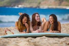 Meninas da praia com prancha fotos de stock