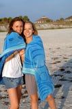 Meninas da praia na toalha   Imagem de Stock