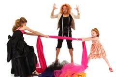Meninas da representação histórica que lutam sobre o desenhador do vestido fotografia de stock royalty free
