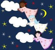 Meninas das raças diferentes que voam através do céu com nuvens Fotos de Stock Royalty Free