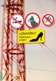 Meninas de advertência do sinal nos saltos altos em Riga, Letónia Foto de Stock