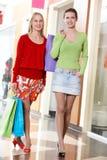 Meninas de compra Fotos de Stock