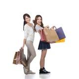 Meninas de compra de sorriso felizes Fotografia de Stock