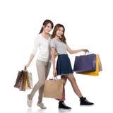 Meninas de compra de sorriso felizes Imagens de Stock Royalty Free