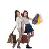 Meninas de compra de sorriso felizes Imagens de Stock