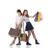 Meninas de compra de sorriso felizes Imagem de Stock