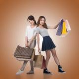 Meninas de compra de sorriso felizes Fotografia de Stock Royalty Free