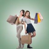 Meninas de compra de sorriso felizes Fotos de Stock Royalty Free