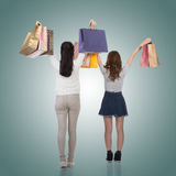 Meninas de compra de sorriso felizes Fotos de Stock