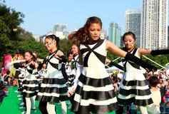 Meninas de dança na parada grande do final Fotografia de Stock Royalty Free