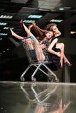 Meninas de fascínio com trole da compra Fotografia de Stock Royalty Free