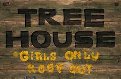 Meninas de madeira do sinal da casa na árvore somente Imagens de Stock