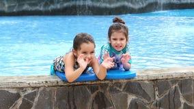 Meninas de riso que apreciam a piscina vídeos de arquivo
