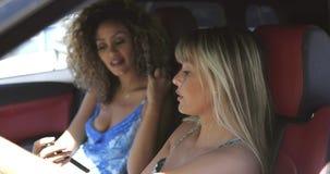 Meninas de riso que conduzem o carro no ver?o filme