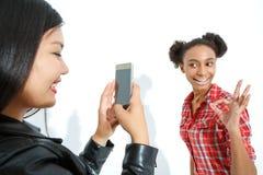 Meninas de riso que tomam fotos Fotografia de Stock