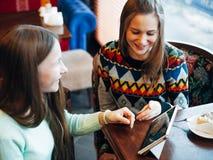 Meninas de Selfie no café Foto de Stock Royalty Free