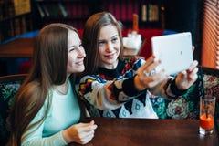 Meninas de Selfie no café Fotos de Stock