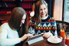 Meninas de Selfie no café Fotos de Stock Royalty Free