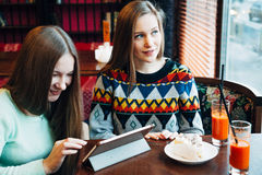 Meninas de Selfie no café Imagens de Stock