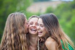 Meninas de sorriso com os dentes brancos perfeitos Imagens de Stock Royalty Free