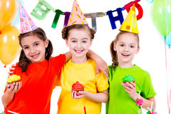 Meninas de sorriso felizes que guardam bolos coloridos Fotografia de Stock Royalty Free