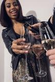 Meninas de sorriso que derramam o champanhe em vidros no partido Imagens de Stock Royalty Free