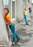 Meninas de sorriso que desgastam calças de brim Foto de Stock